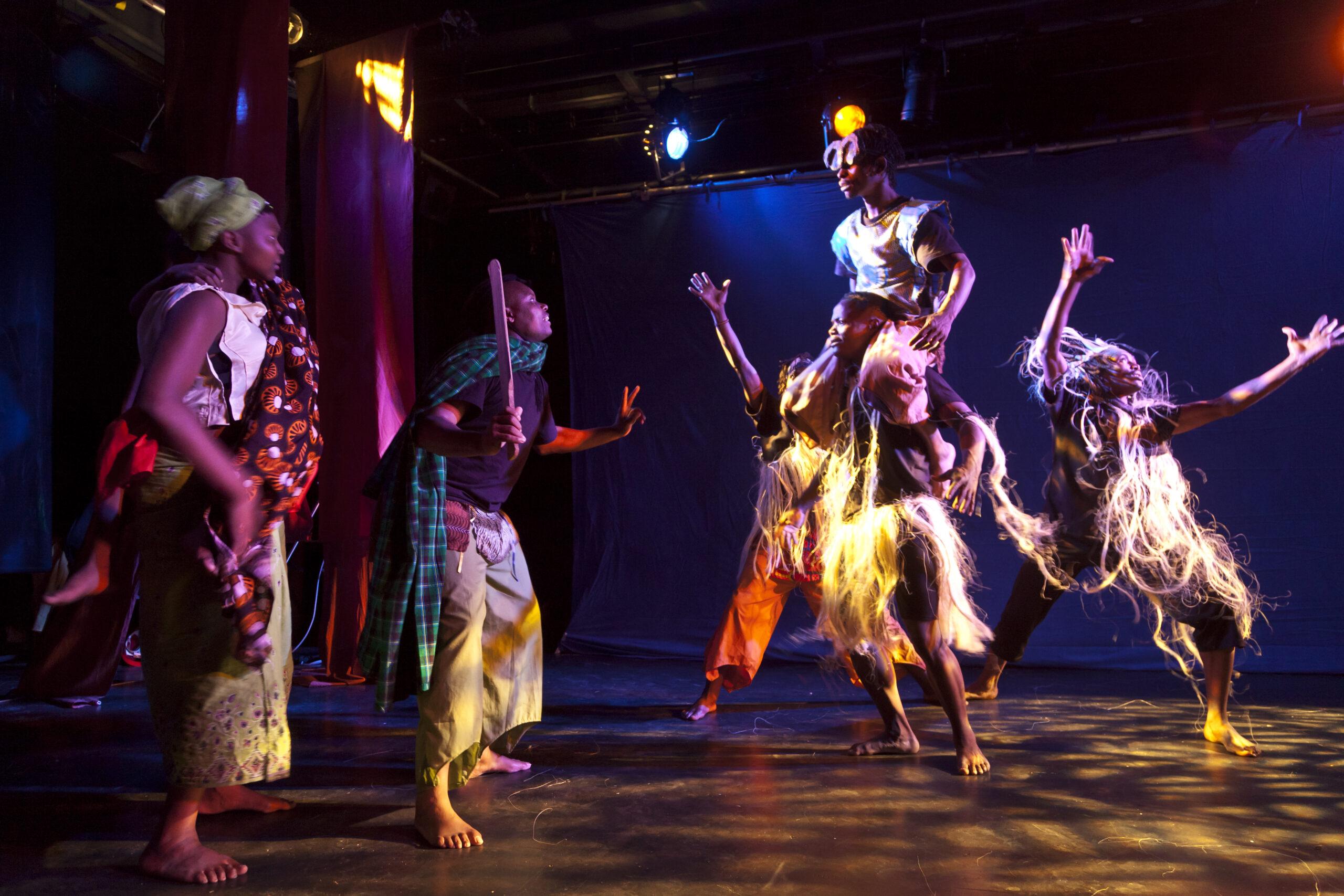 Trondheim 22.10.2011 :Dansere og akrobater fra tanzania viser en forestilling for Den kulturelle skolesekken på Isak. Regi Elin Hassel Iversen. Foto: Thor Nielsen