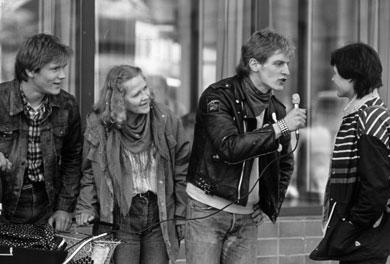 Radiopiratene i aksjon på gata i Svolvær.