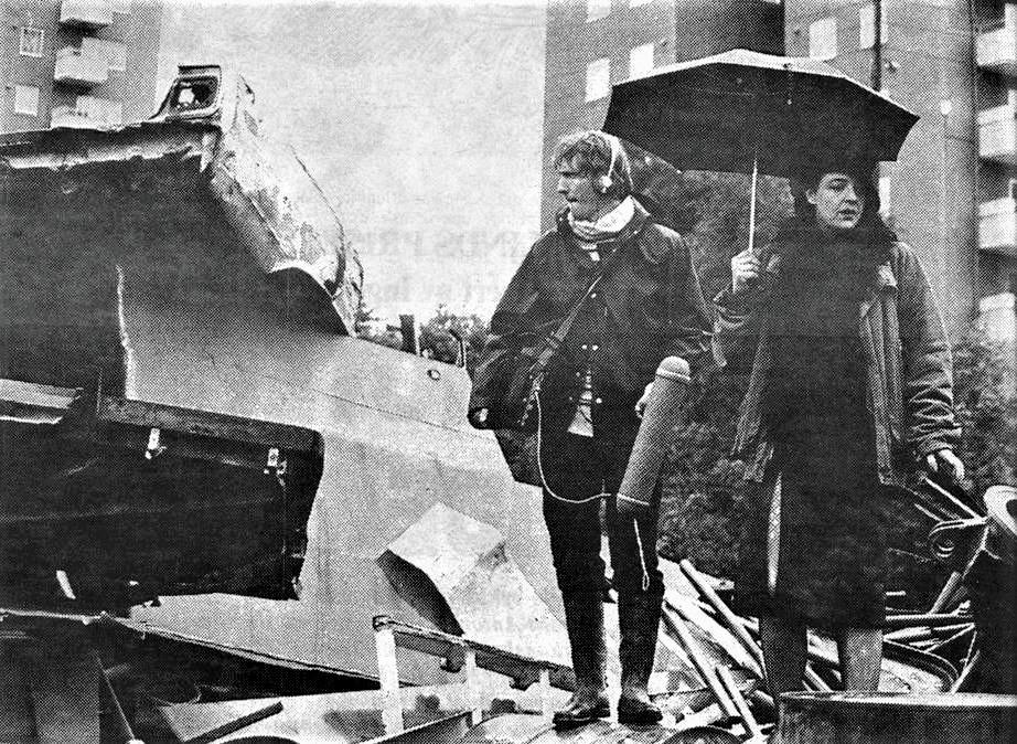 Bilkirkegårder, søppel og kjellerrotter er den tøffe kontrasten til diktene som søker etter menneskelighet i poesifilmen. Her lydmann Ole Støren og Gry Sveen under innspillingen.