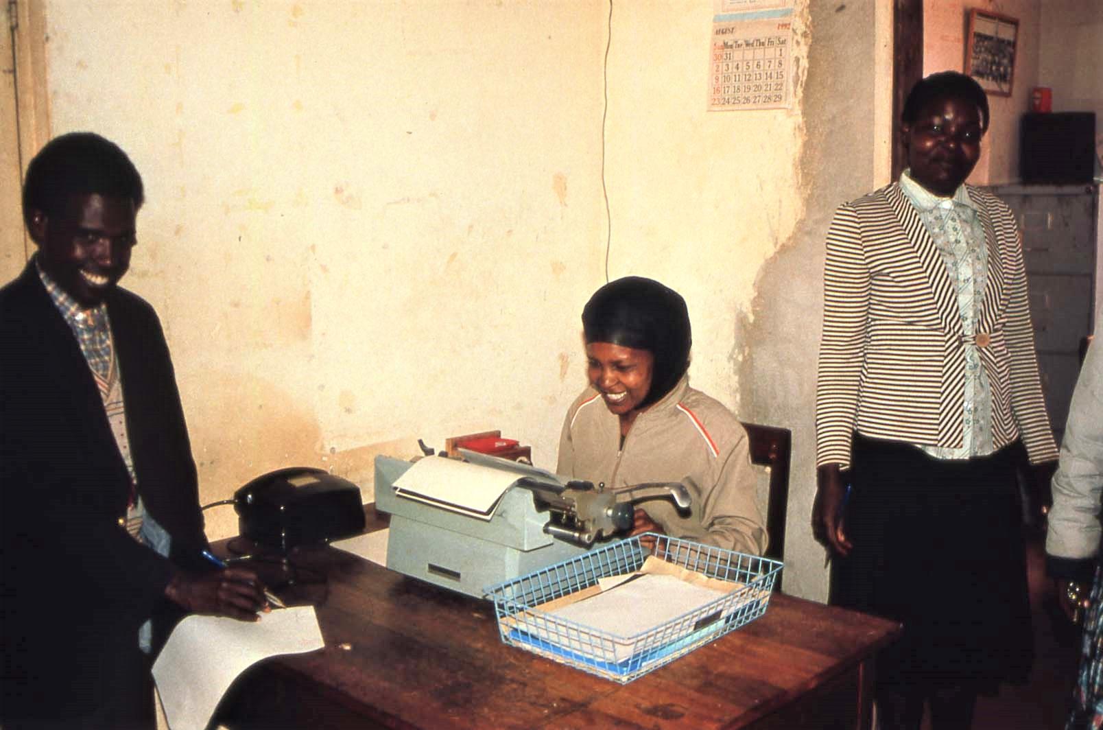 Smilende sekretærer, rektors kontor på Imboru Secondary