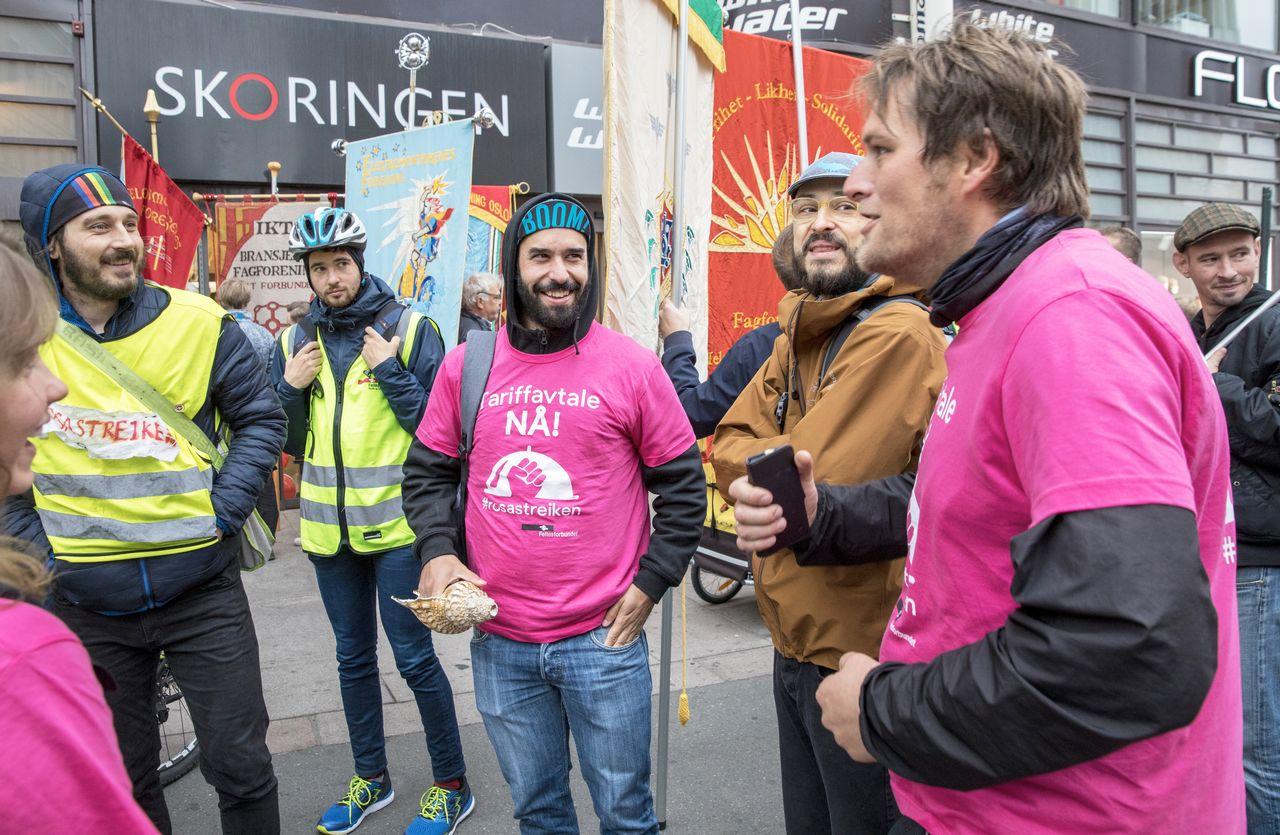 Rosa-streiken i 2019: Foodora-syklistene samlet utenfor Riksmeklerens kontor i Oslo før meklingen startet. FOTO: NTB, OLE BERG-RUSTEN