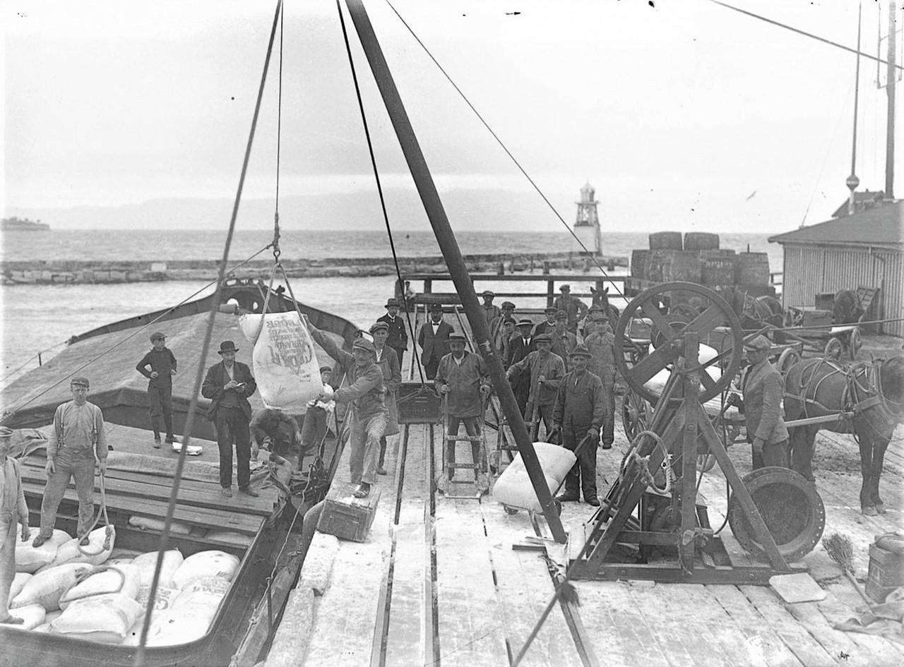 Streikebrytere i arbeid på Brattøra i Trondheim i 1924.
